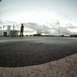 Abends auf einem verlassenen Parkplatz